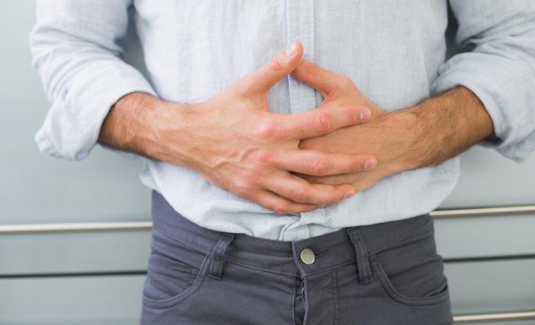 Ein Druckgefühl sowie starke Bauchschmerzen können Anzeichen für eine Gastritis sein.