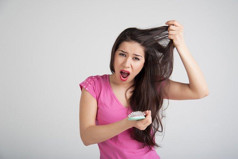 Verliert man mehr als 100 Haare pro Tag so spricht man von einem Haarausfall.