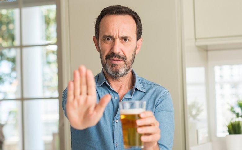 Bei einer Lebererkrankung sollte auf alkoholhaltige Getränke und Speisen verzichtet werden.