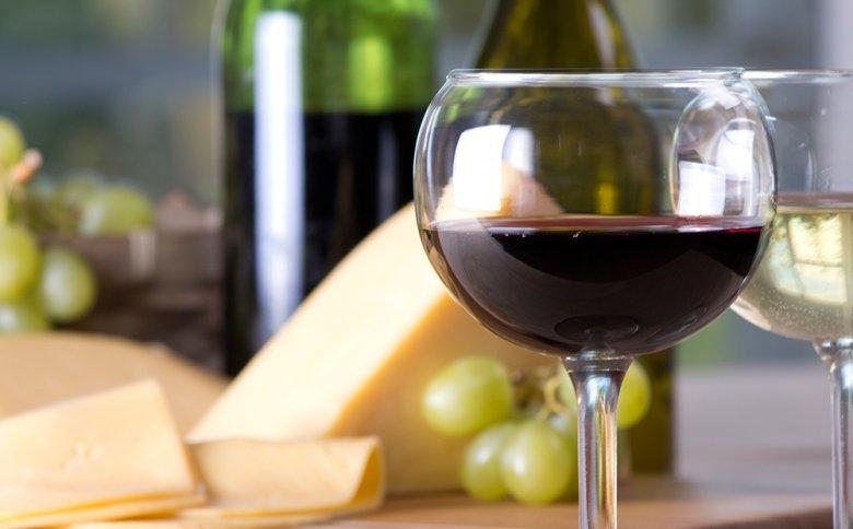Rotwein und Käse enthalten besonders viel Histamin.