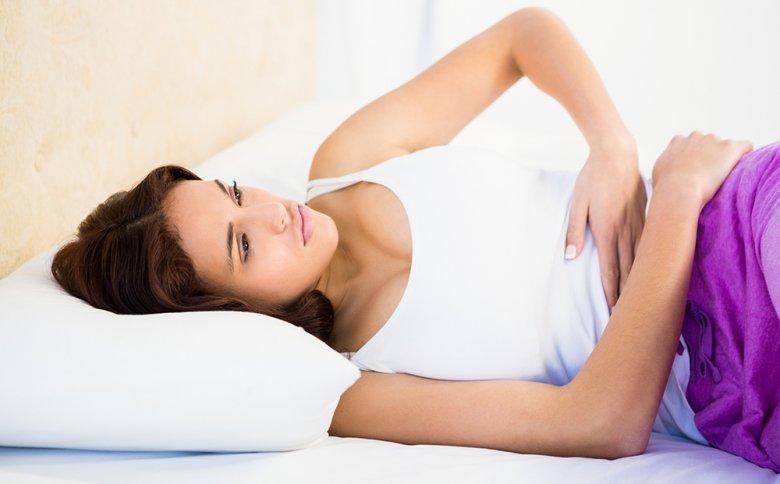 Typische Gastritis-Symptome können Übelkeit sowie Druck und Schmerz im Oberbauch sein.