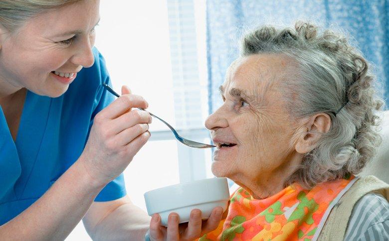 Gesunde Lebensmittel sollten an Demenz erkrankten Personen regelmäßig angeboten werden.