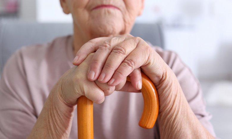 Mit zunehmendem Alter verliert der Mensch immer mehr Knochensubstanz und deshalb auch Knochenstärke.