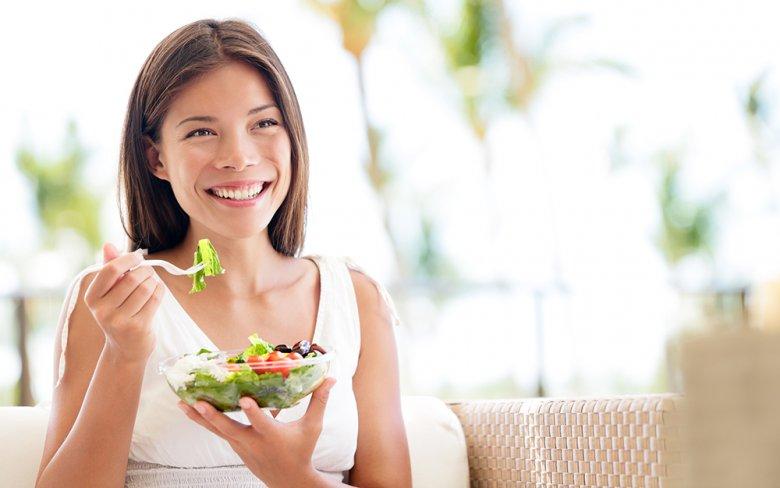 Gesunder Salat, nicht blähendes Gemüse, Kohlenhydrate und fettarmes Fleisch sind bei Sodbrennen empfehlenswert.