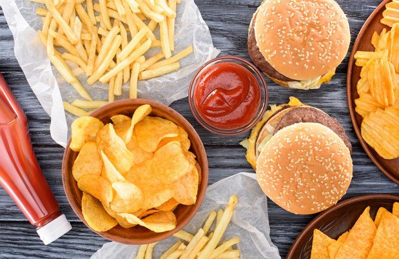 Eine ungesunde Ernährungsweise kann das Enstehen von Sodbrennen begünstigen.