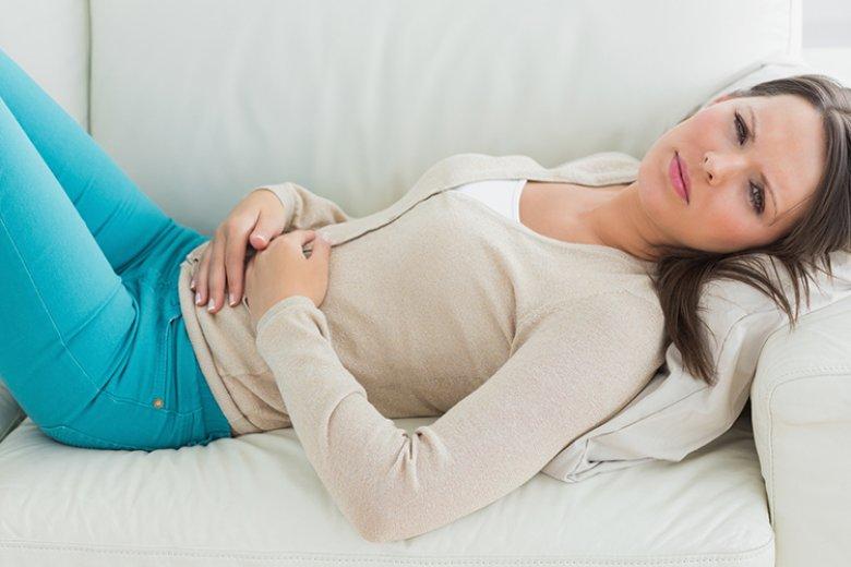 Häufige Symptome bei einer Zöliakie können Durchfall, Blähungen und Bauchschmerzen sein.