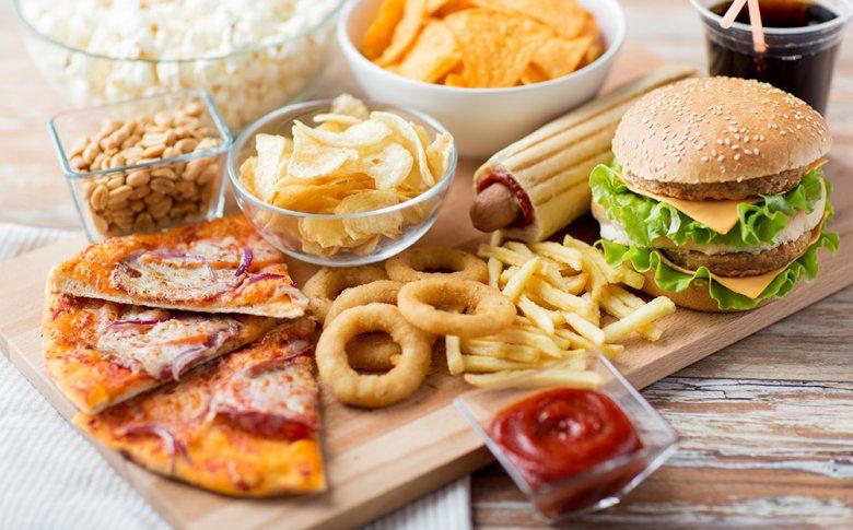 Fertigprodukte und Fastfood enthalten meist hohe Mengen an ungesundem Fett.