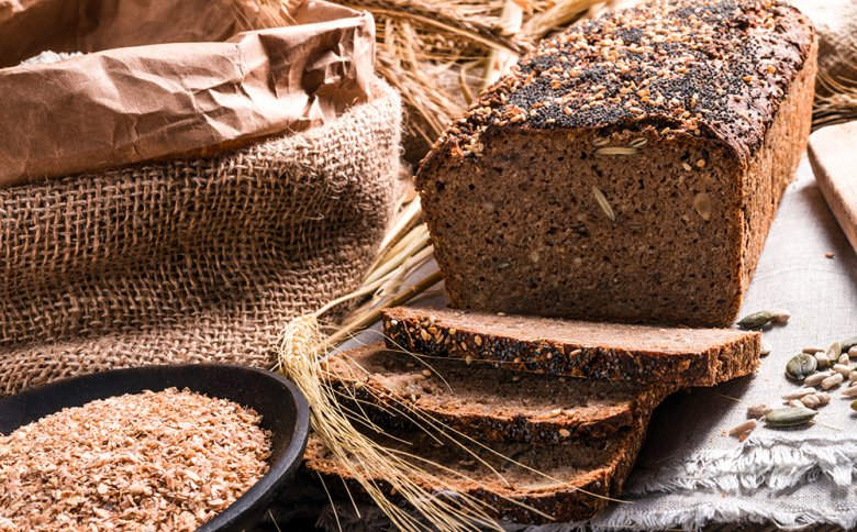 Vollkornbrot ist gesund, denn es enthält Ballaststoffe, Vitamine und Mineralstoffe.