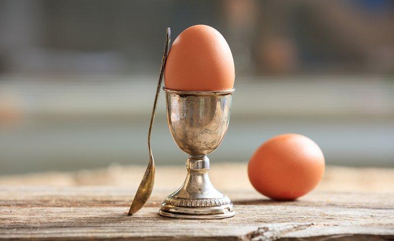 Ein Mythos besagt, dass man Eier besser nicht mit Silberlöffel essen sollte.