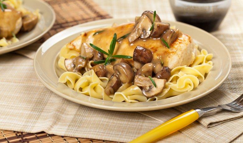 Reste von Pilzgerichten sollten bis zum Verzehr im Kühlschrank gelagert werden.