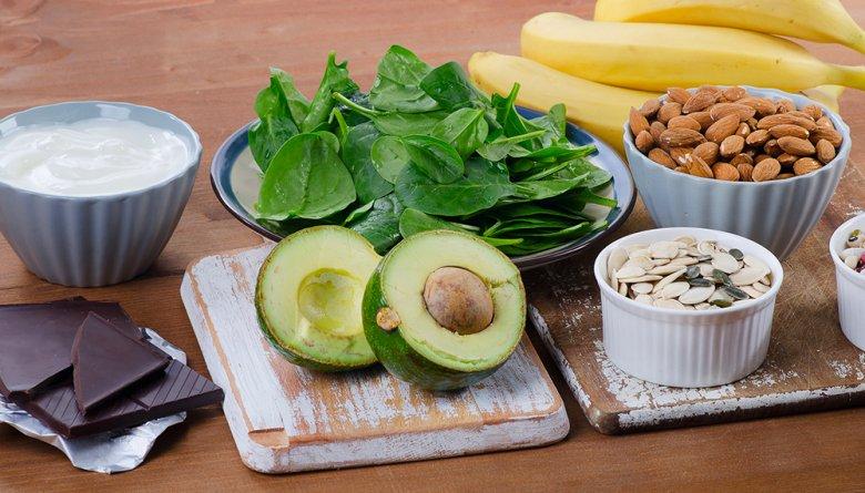 Zu den magnesiumreichen Lebensmitteln zählen unter anderem Nüsse, Bananen und Spinat.
