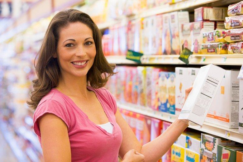 Beim Einkauf sollte stets ein Blick auf die Zutatenliste der Lebensmittel geworfen werden.