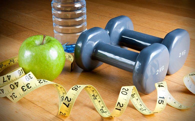 Die richtige Ernährungsumstellung und ein angepasstes Bewegungsprogramm versprechen einen Abnehmerfolg.