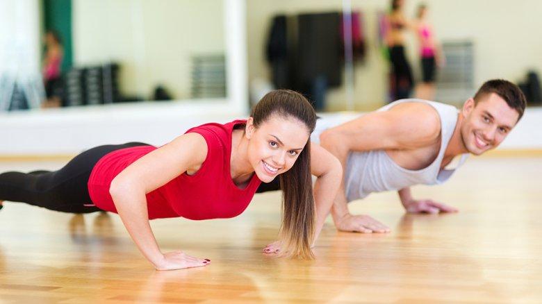 Durch das regelmäßige Training wird Muskelmasse aufgebaut.