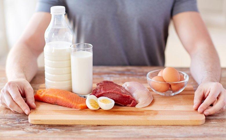 Mit der richtigen Ernährung kann der Muskelaufbau unterstützt werden.