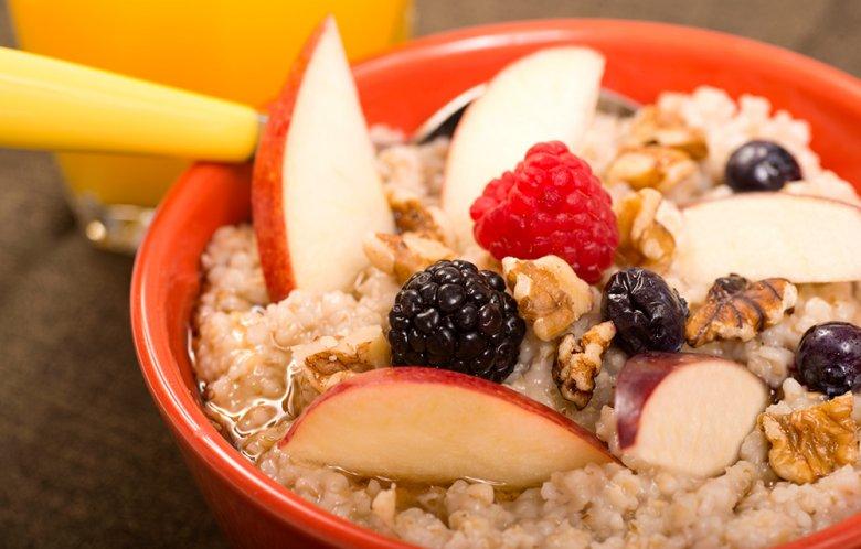 Ein gesundes Frühstück, beispielsweise mit Obst und Haferflocken, ist am Tag des Wettkampfs besonders wichtig.