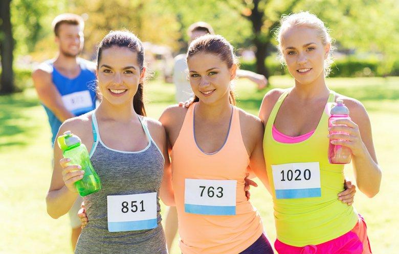 Vor und während des Marathons sollte auf eine ausreichende Flüssigkeitszufuhr geachtet werden.