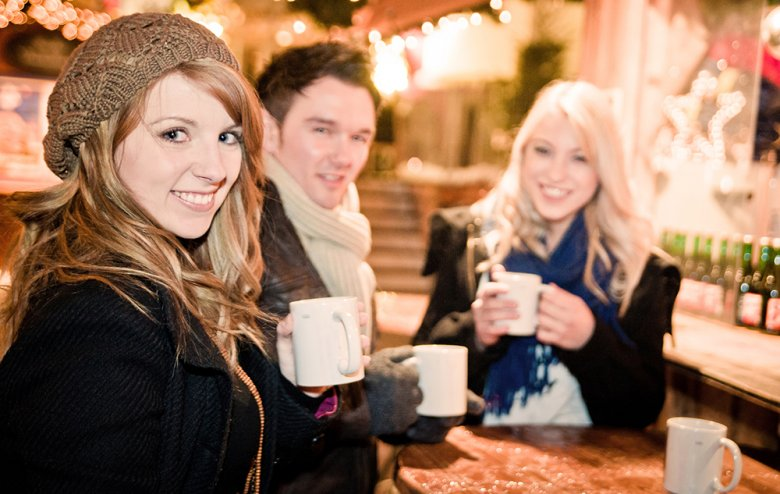 Glühwein und Punsch sind zwei beliebte Getränke, die in der kalten Jahreszeit Saison haben.