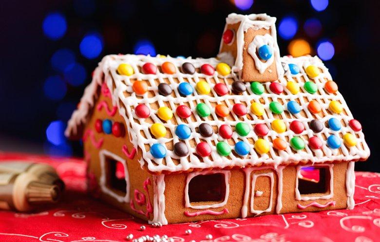 Ein selbstgemachtes Lebkuchenhaus versetzt den Beschenkten bestimmt in Staunen.