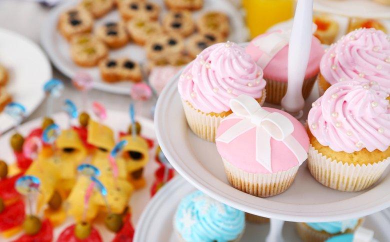 Beim Brunch können sowohl herzhafte als auch süße Speisen und Häppchen serviert werden.