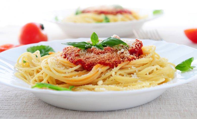 Pasta mit Tomatensauce ist köstlich im Geschmack und einfach in der Zubereitung.