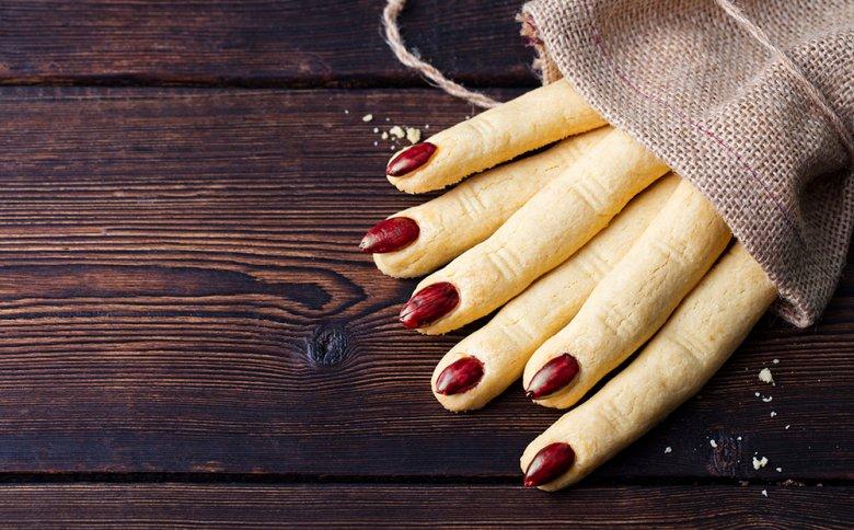 Aus einem einfachen Kekse-Teig können gruselige Fingerkekse zubereitet werden.