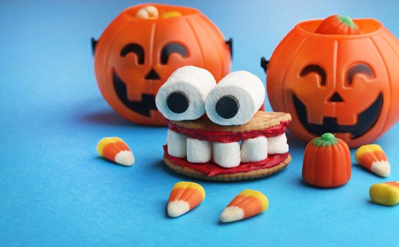 Mithilfe von Cookies, Marshmallow und etwas roter Creme entstehen Gesichter.