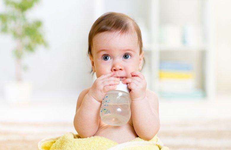 Neben der Beikost sollte dem Baby auch ausreichend zu trinken angeboten werden.