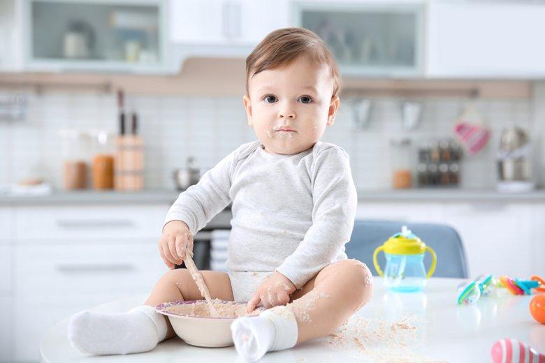 In diesem Alter spielen die Kinder lieber mit dem Essen als es zu verzehren.
