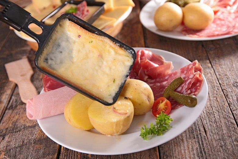 Eine klassische Beilage zu Raclette sind Pellkartoffeln.