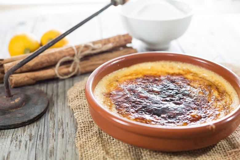 Creme Catalana ist ein Dessertklassiker aus der spanischen Küche.