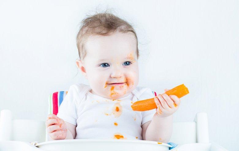 Baby Led Weaning bedeutet, dass dem Baby anstelle von Breikost von Anfang an stückige Nahrung angeboten wird.