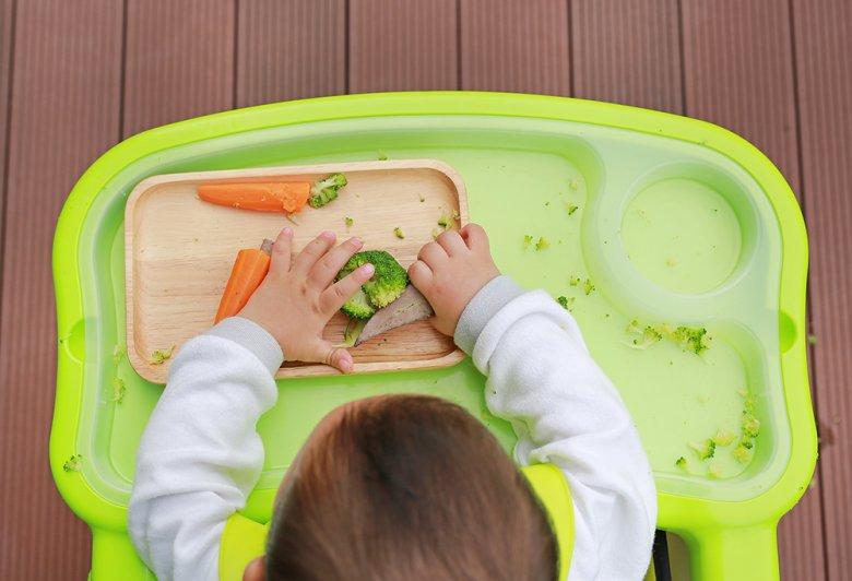 Bei Baby Led Weaning können dem Kind gekochte oder gedünstete Gemüsestückchen angeboten werden.