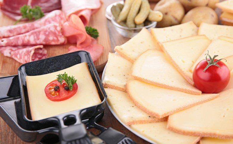 Für das Raclette wird ein ganzs besonderer Käse verwendet - der Raclette-Käse.