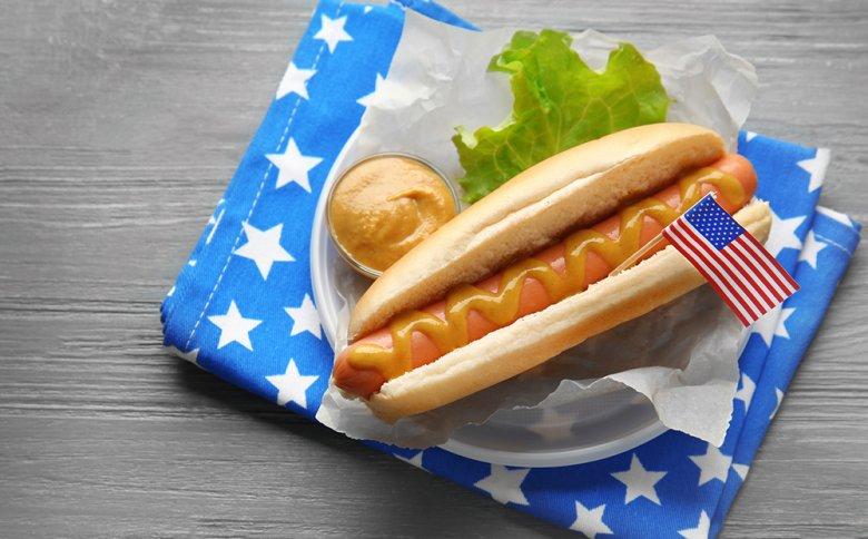 Die Beilagen zu den beliebten Hot Dogs können je nach persönlicher Vorliebe variieren.
