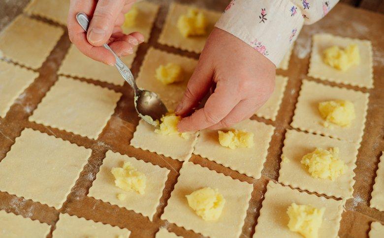 Piroggen können auch als russisches Nationalgericht bezeichnet werden und können mit Kartoffeln, Fleisch oder Gemüse gefüllt werden.