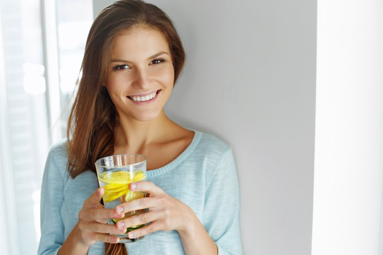 Infused Water heißt der Trend, bei dem stilles Wasser mit Früchten, Gemüse oder Kräutern angereichert wird.