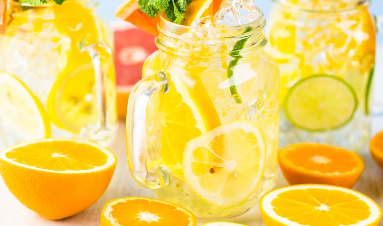 Wasser, mit frischen Früchten angereichert, sieht nicht nur toll aus, sondern schmeckt auch gut.