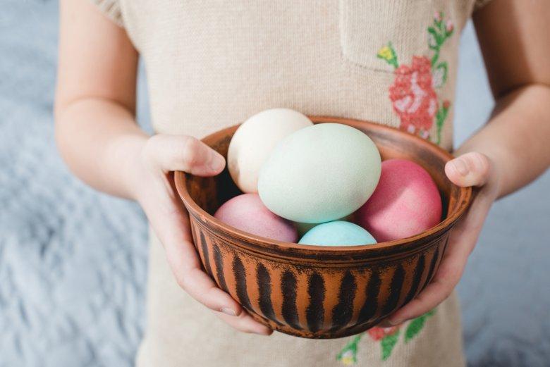Egal, ob zarte Pastelltöne oder kräftige Farben - mit Naturfarben werden Ostereier bunt gefärbt.