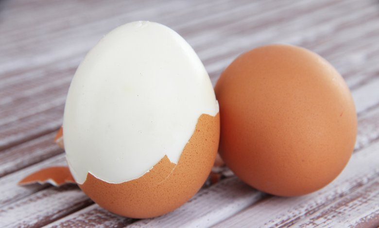 Zuerst die Eier kochen, dann abkühlen lassen - so lassen sie sich leichter pellen.