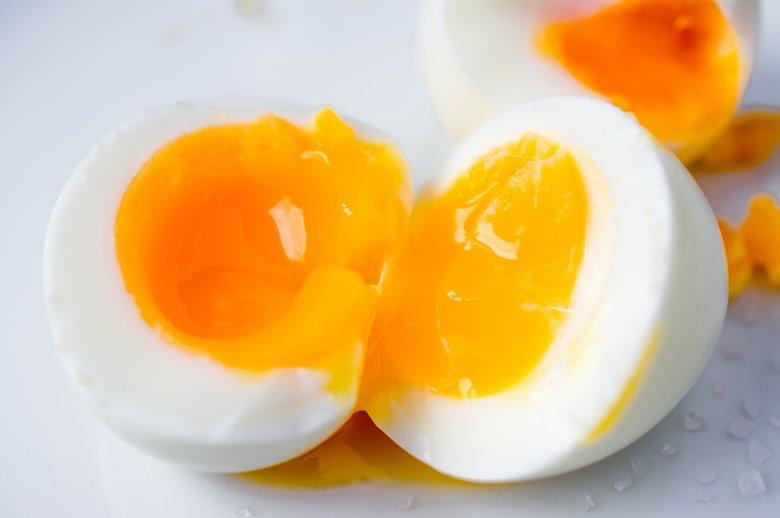 Ein wachsweich gekochtes Ei symbolisiert für viele das perfekte Frühstücksei.