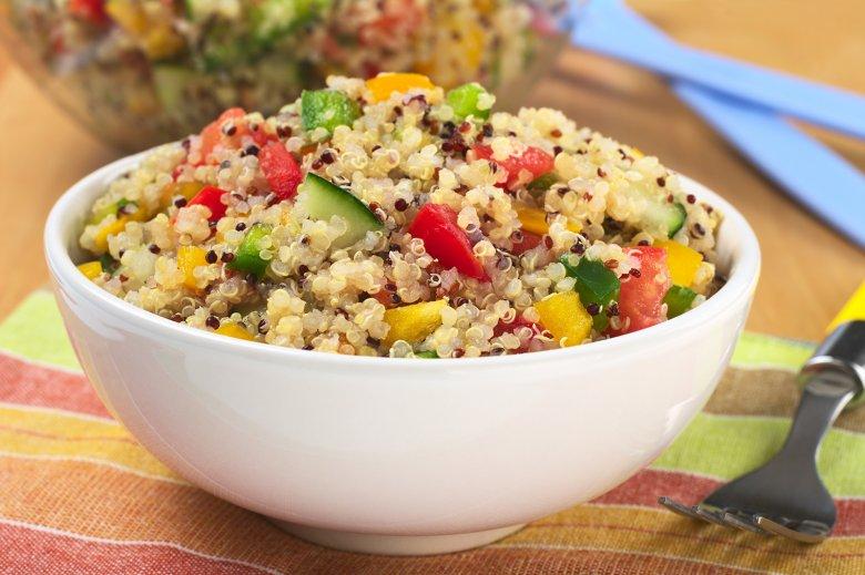 Gesund und lecker schmeckt beispielsweise ein Salat mit Quinoa und frischem Gemüse.