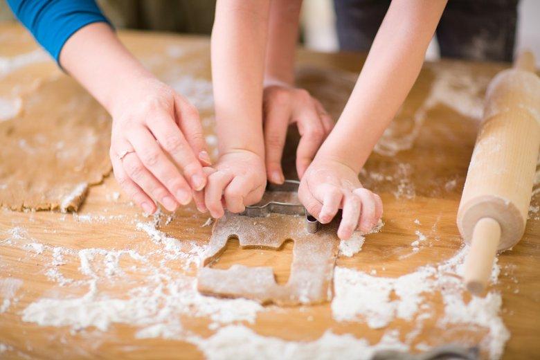 Beim Plätzchen backen mit Kindern ist die richtige Vorbereitung wichtig.