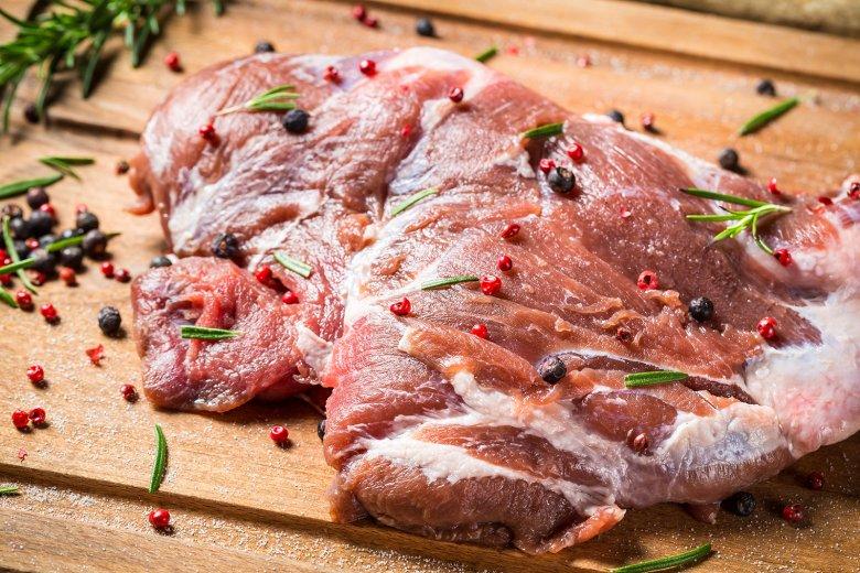 Verschiedene Gewürze, wie Pfeffer, Wacholder oder Rosmarin unterstützen das Eigenaroma des Fleisches.