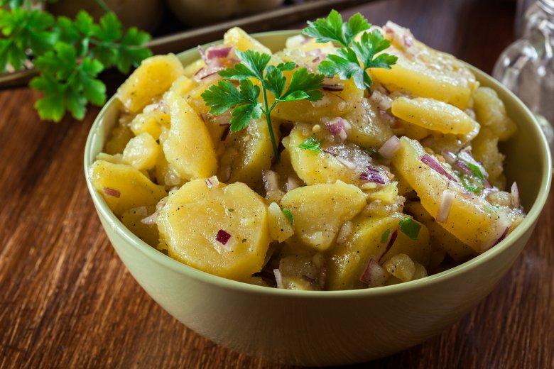 Ob mit Essig und Öl oder mit Mayonnaise – ein Kartoffelsalat ist der Klassiker auf jeder Party.