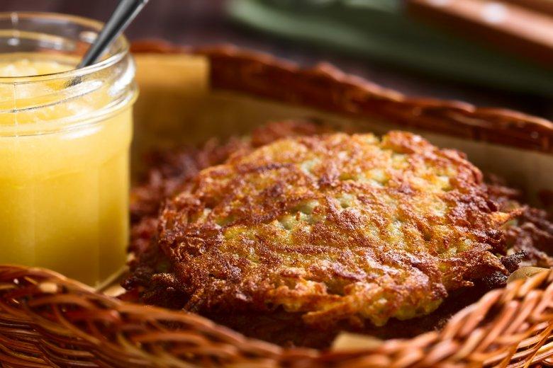 Kartoffelpuffer eignen sich nicht nur als Beilage sondern auch als vegetarisches Hauptgericht – am besten mit Apfelmus.