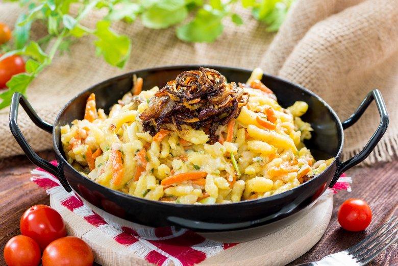Garniert werden die beliebten Käsespätzle meist mit angerösteten Zwiebeln.