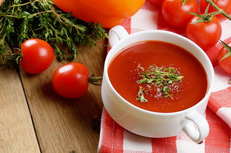 Ob deftig oder süß, ob warm oder kalt, die Tomatensuppe kann in vielen Variationen zubereitet und serviert werden.