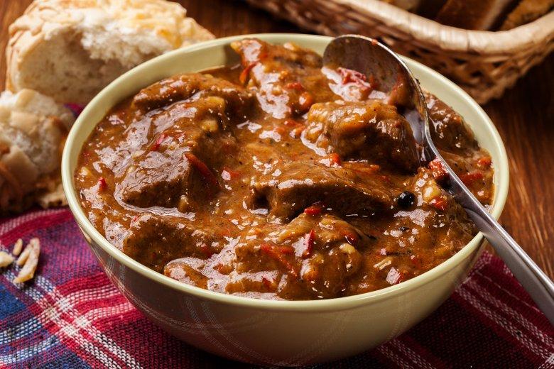 Das Gulasch stammt ursprünglich aus Ungarn und wird dort als Suppe serviert und nicht wie bei uns als Hauptmahlzeit.