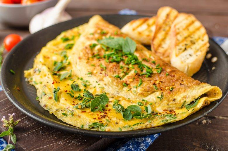Die Eierspeise Omelette kann nach Belieben mit Gemüse, Schinken oder Kräutern verfeinert werden.